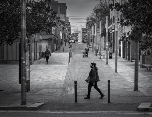 Poca gent caminant per la plaça